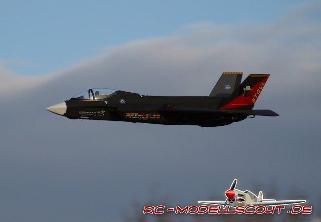 HYPE arbeitet an Flugzeugen der Zukunft. So könnte man meinen, denn während die Original F-35 noch bis Mitte 2012 auf ihren Einsatz wartet, fliegt die F-35 von HYPE bereits im Tiefflug über bundesdeutsche Modellflugplätze. Die Zeiten, da EPP-Modelle von gestandenen Modellpiloten als Billig-Flieger belächelt wurden und so mancher Hersteller sich davon deutlich distanzierte, sind längst vorbei. Die Fertigungstechniken werden immer besser, der Hartschaum immer hochwertiger und der Vorfertigungsgrad immer umfangreicher. Dazu kommt oft eine Ausstattung, die das Wasser in die Augen gestandener Modellpiloten treibt.