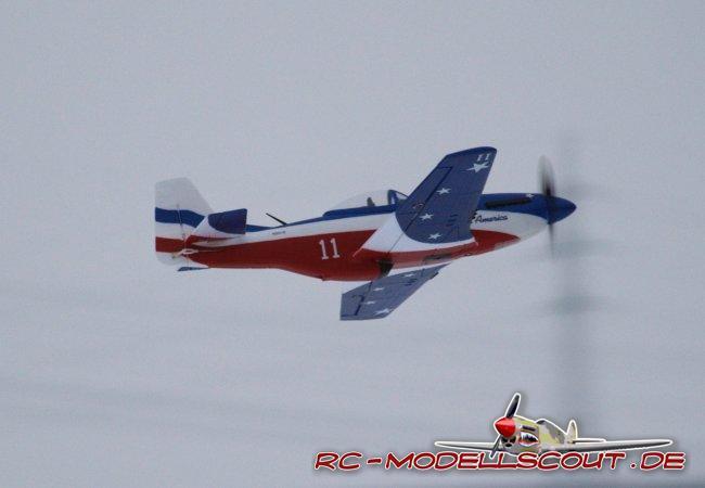 Trotzdem lässt sich das Modell erstaunlich langsam fliegen, ausgelegt ist die P-51 jedoch für Highspeed. Hier entfaltet der Tiefdecker all seine Stärken und überzeugt durch spektakuläre Luftakrobatik. Die Antriebseinheit ist perfekt aufeinander abgestimmt und bietet genügend Kraftreserven. Die Flugzeit beträgt - je nach Flugstil - bis zu 10 Minuten. Nicht nur fliegerisch, sondern auch optisch macht das Modell am Himmel einen sagenhaften und realitätsnahen Eindruck. Schön zu erkennen ist der Lufteinlass zum Wärmetauscher und die Auspuff-Attrappen vom Motor. Der Landeanflug ist ein Kinderspiel, das Aufsetzen auf Gras absolut unkritisch. Bei reichlich Wind sollten auch forgeschrittene Modellpiloten auf einen Start mit der P-51 Mustang verzichten.