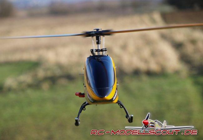 """Wird auf Dual-Rate verzichtet, wird das Modell über die Taumelscheibe deutlich aggressiver. Das Umschalten auf die 2. Flugphase sollte bei ausreichend Höhe bzw. in exakter Mittelstellung des Pitchknüppels erfolgen. Jetzt erhöht sich die Drehzahl und der Hubschrauber kann auf den Rücken gelegt werden. """"Echter"""" 3D-Flug ist mit dem V400D02 nur bedingt möglich, denn das Heck """"bringt"""" einfach nicht die Leistung auf, die von ihm in diesem Fall erwartet wird. Der V400D02 ist ein """"Rundflug-Modell"""" und diese Aufgabe meistert der 400er-Heli mit Bravour. Fast 10 Minuten Flugzeit mit einem Akku ist eine gute Leistung - dank Flybarless!"""