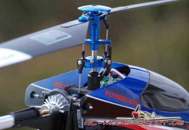 Dank 3-Achsen-Gyro liegt der ARROW PLUS in der Flybarless-Version deutlich ruhiger in der Luft als sein Vorgänger mit Paddel. Aber warum ist das so? Ganz einfach: Die Elektronik versucht - bis zu einem gewissen Punkt - entgegen der Flugrichtung zu wirken und stabilisiert somit den Hubschrauber. Nimmt man die Finger vom Knüppel, hält der Hubschrauber tatsächlich mehrere Sekunden seine Position, bevor er dann abdriftet. Ab hier hilft auch kein Flybarless-System mehr - jetzt ist der Pilot gefragt. Also, schnell wieder die Finger an die Knüppel und aussteuern.